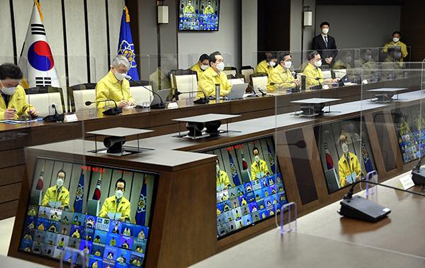 정세균 국무총리가 12일 정부세종청사에서 열린 코로나19 중대본 회의에서 발언하고 있다.