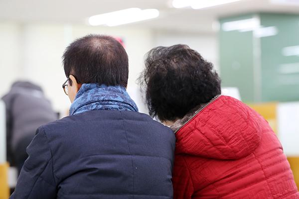 서울 중구 고용복지플러스센터를 찾은 시민들이 기초연금 상담을 위해 기다리고 있다.