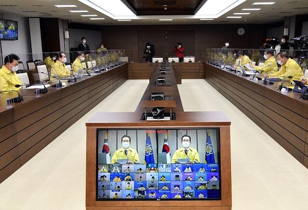 정세균 국무총리가 14일 정부세종청사에서 열린 코로나19 중대본 회의를 주재하고 있다.
