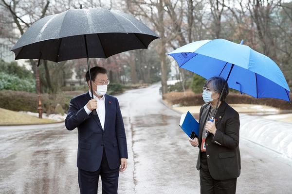 문재인 대통령이 15일 청와대에서 코로나19 예방접종 준비 계획 보고 회의를 마친 후 정은경 질병관리청장과 대화하고 있다. (사진=청와대)