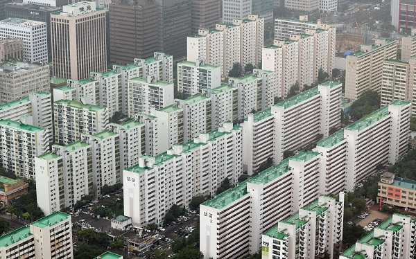 서울 63아트에서 바라본 여의도 일대 구축 아파트 모습.
