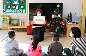조은숙 이야기할머니가 포항시 대보초등학교병설유치원에서 활동하고 있다.