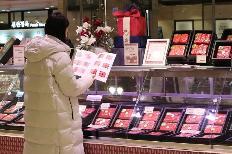 설 선물세트 본판매를 시작한 18일 서울 중구 롯데백화점 본점에서 시민이 프리미엄 한우 세트를 둘러보고 있다. 유통업계는 청탁금지법상(김영란법) 농축수산물 선물 상한액이 20만 원으로 상향되면서 프리미엄 한우·과일 수요가 늘어날 것으로 보고 관련 상품을 늘리고 있다.(사진=저작권자(c) 연합뉴스, 무단 전재-재배포 금지)