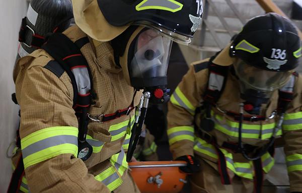6일 경남소방본부 새내기 소방관들이 경남 의령군에 위치한 경남소방교육훈련장에서 체력훈련 및 화재진압, 인명구조 등 실전 같은 훈련을 받고 있다.