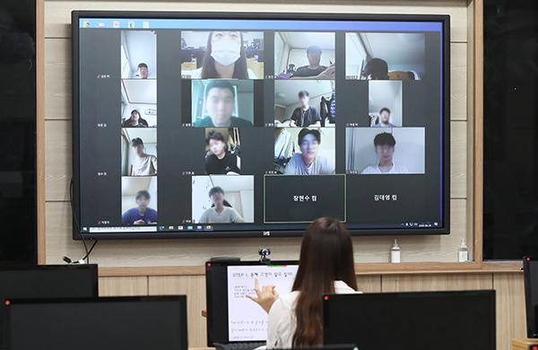 경기도 수원시 팔달구 삼일공업고등학교에서 교사가 온라인 수업을 하고 있다.