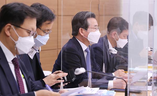 김용범 기획재정부 1차관(오른쪽 세번째)이 지난 18일 오후 세종시 정부세종청사에서 '2021년 업무계획 발표' 브리핑을 하고 있다.