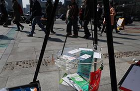 구세군 자선냄비본부에서 설치한 자선냄비에 시민들이 마스크 대신 기부금과 응원 메시지를 남기고 있다.