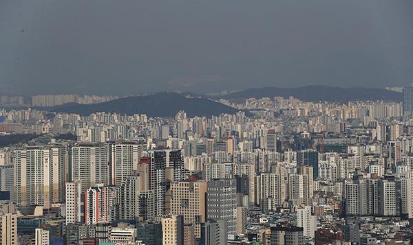 고층 아파트들이 빽빽하게 들어서 있는 모습.
