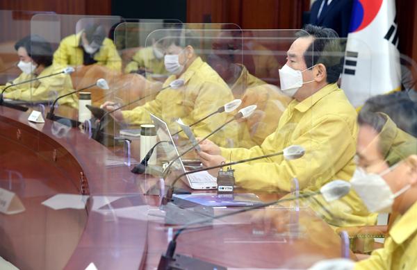 정세균 국무총리가 21일 정부서울청사에서 열린 코로나19 중대본 회의에서 발언하고 있다.