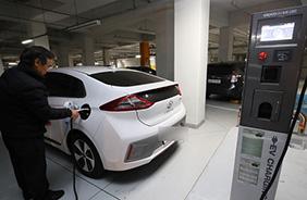 세종시 한 아파트 단지 주차장에 설치된 전기차 충전소에서 한 주민이 자신의 전기차를 충전하고 있다.(사진=저작권자(c) 연합뉴스, 무단 전재-재배포 금지)