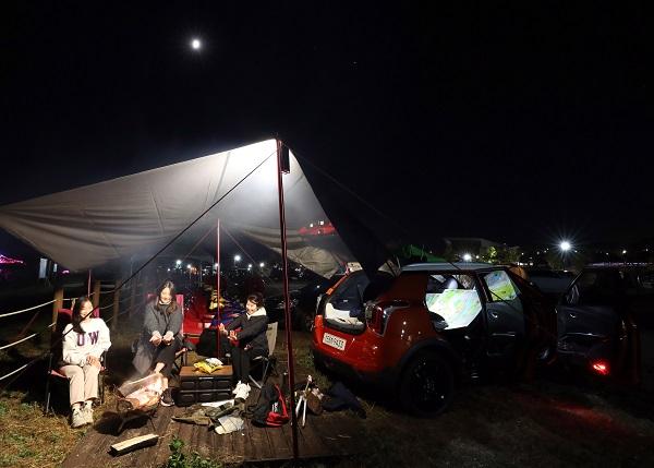 캠핑장에서 차박을 즐기는 사람들의 모습