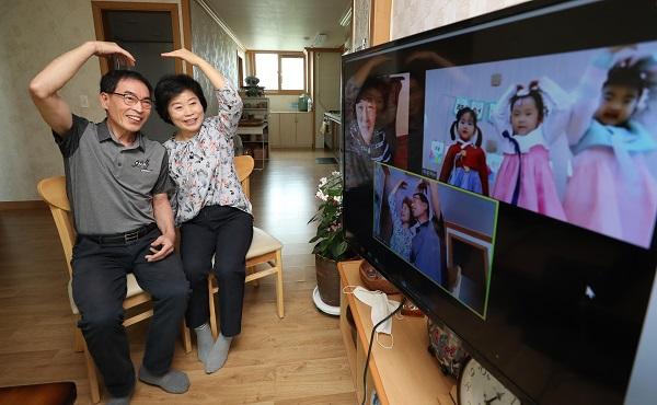 지난해 추석 연휴, 광주 북구의 한 아파트 단지에서 할아버지와 할머니가 명절에도 보기 힘든 손녀와 가족을 온라인 화상 화면으로 만나고 있다.