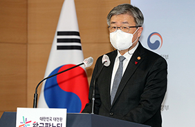 이재갑 고용노동부 장관이 21일 정부서울청사에서 산재 사망사고 감축대책에 관해 브리핑하고 있다.