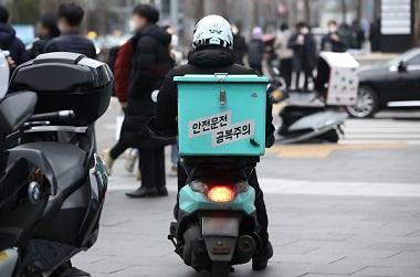 서울 시내에서 배달 라이더가 음식을 배달하고 있는 모습. (사진=저작권자(c) 연합뉴스, 무단 전재-재배포 금지)