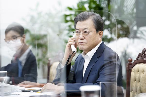 문재인 대통령이 지난해 11월 10일 청와대에서 보리스 존슨 영국 총리와 전화 통화하고 있다. (사진=청와대)