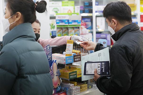 공적 마스크를 배분하는 '마스크 5부제'가 시행된 지난해 3월 9일 서울 은평구의 한 약국에서 한 시민이 마스크를 구매하고 있다. (사진=저작권자(c) 연합뉴스, 무단 전재-재배포 금지)