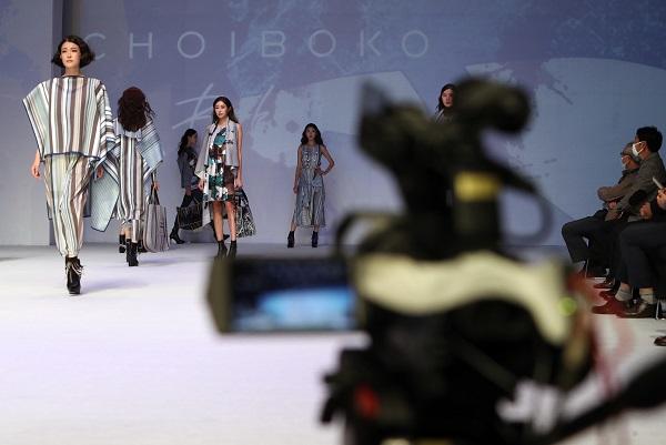 지난해 11월 5일 대구패션디자인개발지원센터에서 열린 '2020 직물과 패션의 만남 전-온택트 패션쇼(Online TeFa show 2020)'에서 쇼가 진행되고 있다.(사진=저작권자(c) 연합뉴스, 무단 전재-재배포 금지)