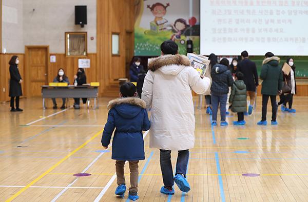 경남 창원시 마산회원구 한 초등학교에서 열린 취학 아동 예비소집일에 학부모와 취학 아동이 학교를 방문하고 있다.