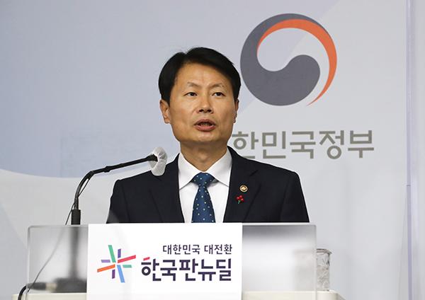 김강립 식품의약품안전처장이 25일 오후 세종시 정부세종청사에서 2021년 식품의약품안전처 업무계획 발표를 하고 있다.
