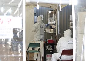 지난 20일 오후 서울 용산구 용산역광장에 마련된 코로나19 임시 선별검사소에서 의료진 및 보건소 관계자들 그리고 육군 현장지원팀이 혼연일체가 되어 맡은 업무를 하고 있다.