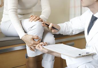 골다공증으로 아파하는 여자.