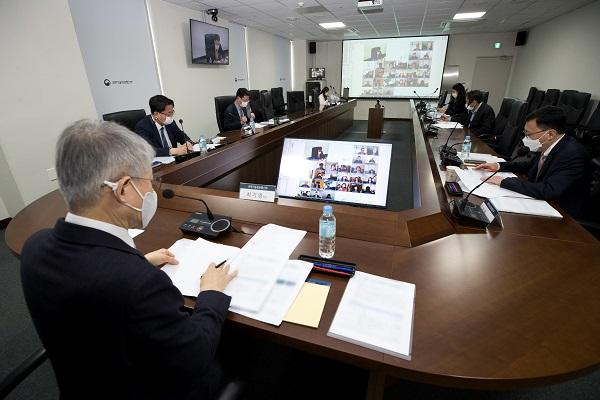 최기영 과기정통부 장관이 이날 오후 세종특별자치시 세종파이낸스센터 과기정통부 영상회의실에서 열린 '제4차 5G+ 전략위원회' 에 참석해 회의를 진행하고 있다.