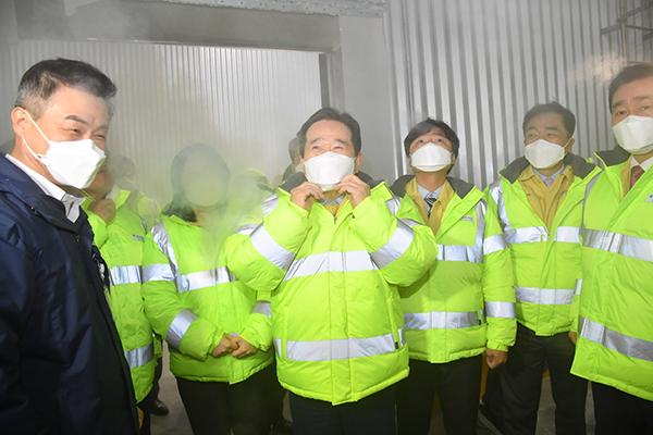 정세균 국무총리(가운데)가 26일 오후 경기도 평택시에 있는 한국초저온 물류센터를 방문해 냉장백신창고를 둘러보며 김진하 대표(왼쪽)로부터 설명을 듣고 있다.
