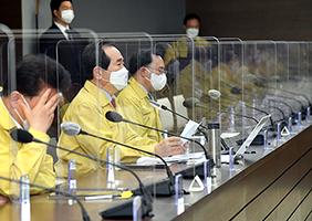 정세균 국무총리가 26일 정부세종청사에서 열린 코로나19 중대본 회의를 주재하고 있다.