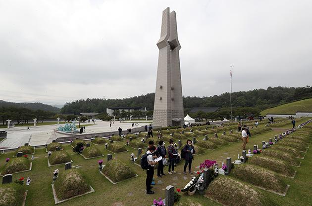 5·18 민주화운동 40주년을 맞은 지난해 5월 18일 광주 북구 운정동 국립 5·18민주묘지에서 추모객이 열사 묘소를 참배하고 있다. (사진=저작권자(c) 연합뉴스, 무단 전재-재배포 금지)