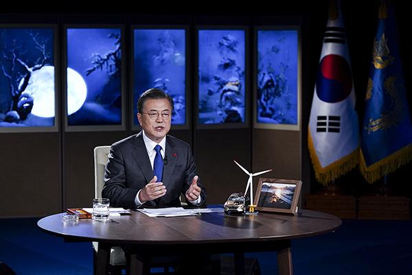 문재인 대통령이 27일 오후 청와대에서 화상으로 열린 2021 세계경제포럼(WEF) 한국정상 특별연설에 참석, 연설하고 있다. (사진=청와대)