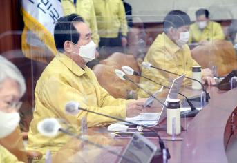 정세균 국무총리가 28일 정부서울청사에서 열린 코로나19 중대본 회의를 주재하고 있다.