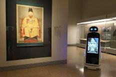 국립중앙박물관에서 전시설명하는 큐아이 로봇의 모습.