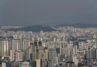 공동주택들로 빼곡한 도시 모습.