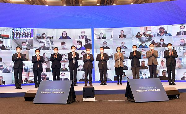 2일 서울 대한상의회관에서 열린 '샌드박스 2주년 성과보고회'에 참석한 정세균 국무총리와 참석자들이 기념 촬영을 하고 있다.