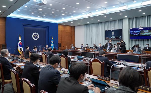 문재인 대통령이 2일 청와대에서 열린 영상 국무회의에서 발언하고 있다.(사진=청와대)
