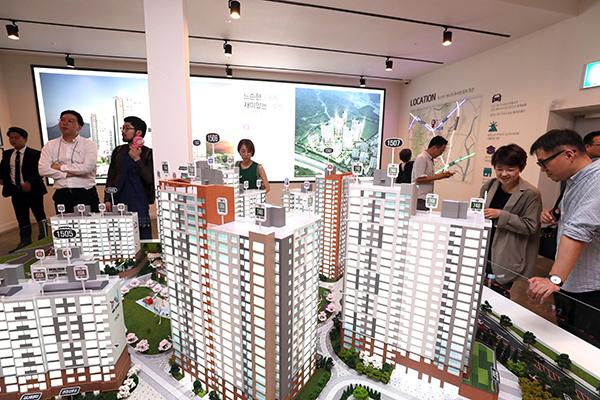 시민들이 한 공공지원 민간임대주택 견본주택에서 아파트 모형을 보고 있다.(사진=저작권자(c) 연합뉴스, 무단 전재-재배포 금지)