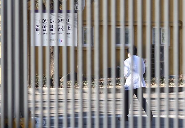 2일 오전 중구 국립중앙의료원 코로나19 백신 중앙접종센터에 의료진이 이동을 하고 있다.(사진=저작권자(c) 연합뉴스, 무단 전재-재배포 금지)