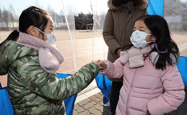 지난 1월 6일 오후 서울 서초구 반포초등학교 운동장에 설치된 신입생 예비소집 야외 부스에서 신입생들이 인사를 하고 있다.