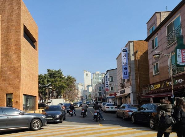 이륜차 동호회 차량이 횡으로 도로를 점령하고 주행하고 있다.