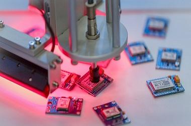 인공지능 산업용 로봇이 불량품 반도체 판별 시연을 하고 있는 모습. (사진=저작권자(c) 연합뉴스, 무단 전재-재배포 금지)