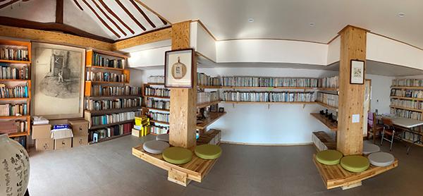 그의 작품들이 전시되어 있는 생가의 방.