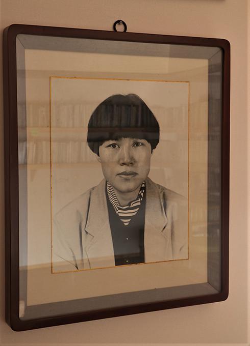 '자그마하고 깡마른 몸집에 커다란 두 눈, 연약하면서도 완강한 조선여자의 골상'(차미례)을 가진 페미니즘 시인이며 민중 시인이며 서정 시인이었던 고정희.