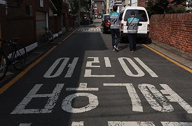 서울시 교통지도과 단속공무원들이 6일 오전 서울 강남구 일대 어린이보호구역 내 불법 주차를 단속하고 있다.