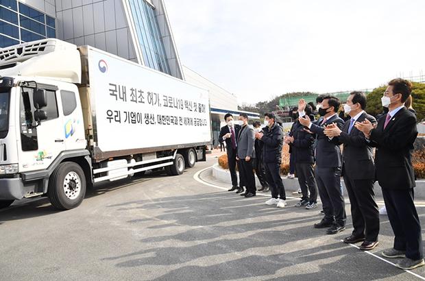 24일 경북 안동 SK바이오사이언스에서 열린 백신 첫 출하식에서 정세균 국무총리와 참석자들이 이천 물류센터로 이송되는 백신 수송차량을 환송하고 있다.