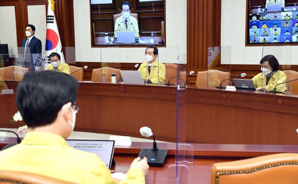 정세균 국무총리가 25일 정부서울청사에서 열린 코로나19 중대본 회의를 주재하고 있다.