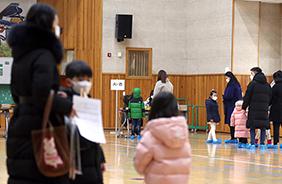 지난 1월 4일 오전 경남 창원시 마산회원구 한 초등학교에서 열린 취학 아동 예비소집일에 학부모와 취학 아동이 학교를 방문하고 있다.