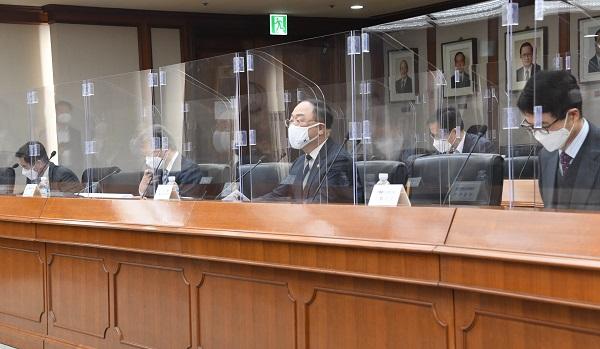 정부는 25일 홍남기 부총리 겸 기획재정부 장관 주재로 '제5차 혁신성장 BIG3 추진회의'를 열고 '시스템반도체 분야 민간 투자 실행 가속화 및 투자·보증 강화 방안'에 대해 발표했다. (사진=기획재정부)