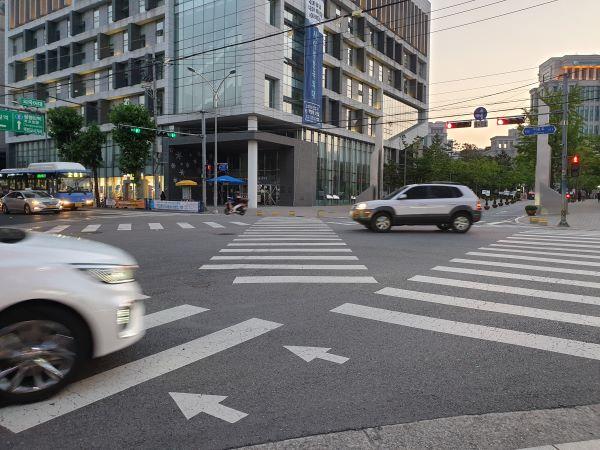 사거리 교차로 건널목이 대각선 횡단보도로 바뀌고 있다.