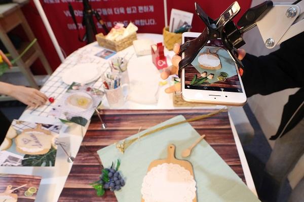 지난 2019년 9월 서울 강남구 SETEC에서 열린 2019 대한민국 1인 미디어 대전에서 한 크리에이터가 제작과정을 시연하고 있다.(사진=저작권자(c) 연합뉴스, 무단 전재-재배포 금지)