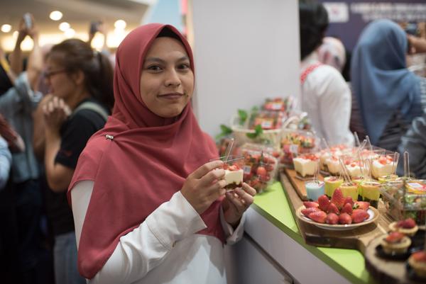 인도네시아에서 열린 판촉행사에서 현지인이 국산 딸기로 만든 요리를 맛보고 있다.